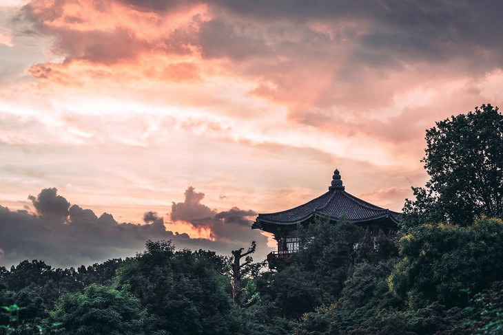 תמונות של סיאול: בית בסגנון קוריאני על רקע שקיעה