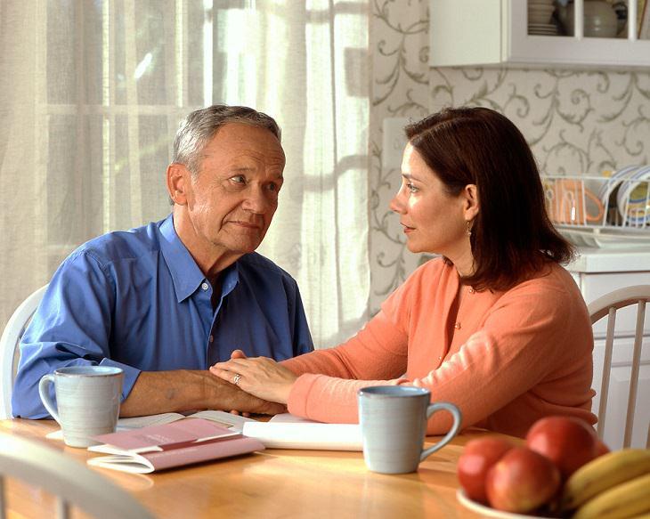 גבולות וכללים בזוגיות: זוג מבוגר יושב יחדיו ליד שולחן המטבח