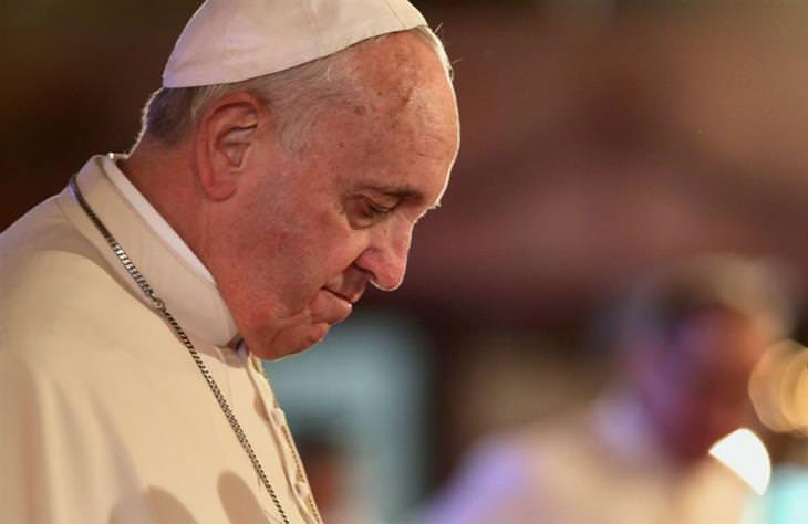 בדיחת החייזרים שפגשו את ישו: האפיפיור מרכין את ראשו