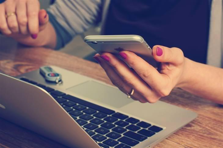 שימוש חכם בטלפון החכם: אישה מסתכלת במסך הסמארטפון שלה