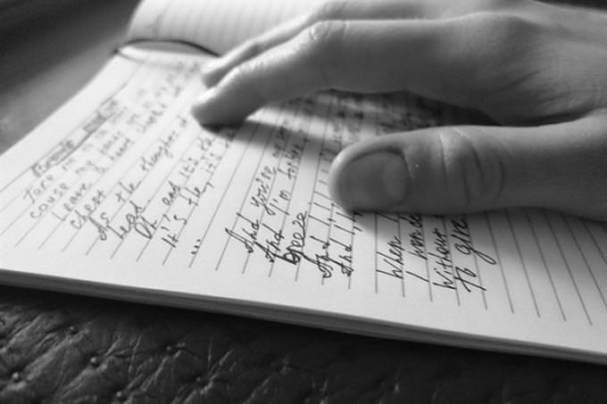 שאלון אישיות - מהו סיפור החיים שלך: אדם שם אצבע על מילים בספר