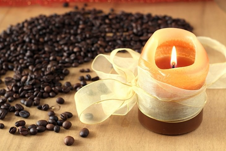 דרכים להפחית את הסיכוי לחלות בסרטן הריאות: נר דולק ולידו פולי קפה מפוזרים על השולחן
