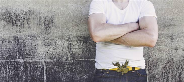 סימנים לזיהוי שפת גוף: איש עומד עם ידיים שלובות
