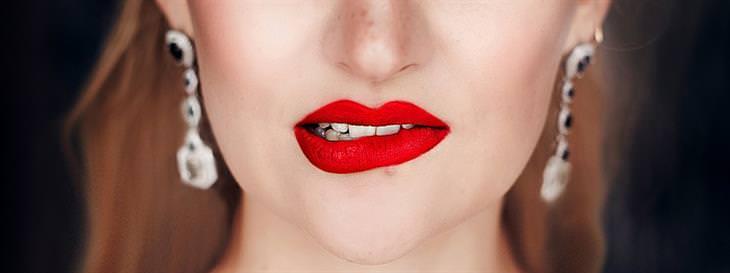 סימנים לזיהוי שפת גוף: אישה נושכת את שפתה התחתונה