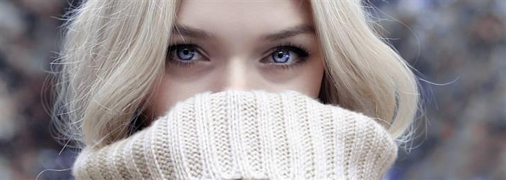 סימנים לזיהוי שפת גוף: עיניים של אישה ששאר פניה מוסתרות בעזרת סריג