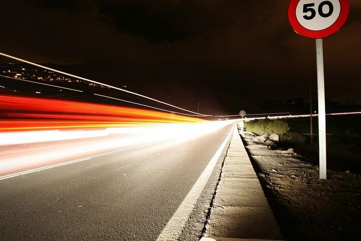 איך לשפר את מהירות האינטרנט: כביש עם מגבלת מהירות ויש שובל של מכונית שעברה במהירות