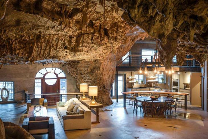 בית יוקרתי בתוך מערה: החלל הפנימי של בית המערה - סלון ומטבח