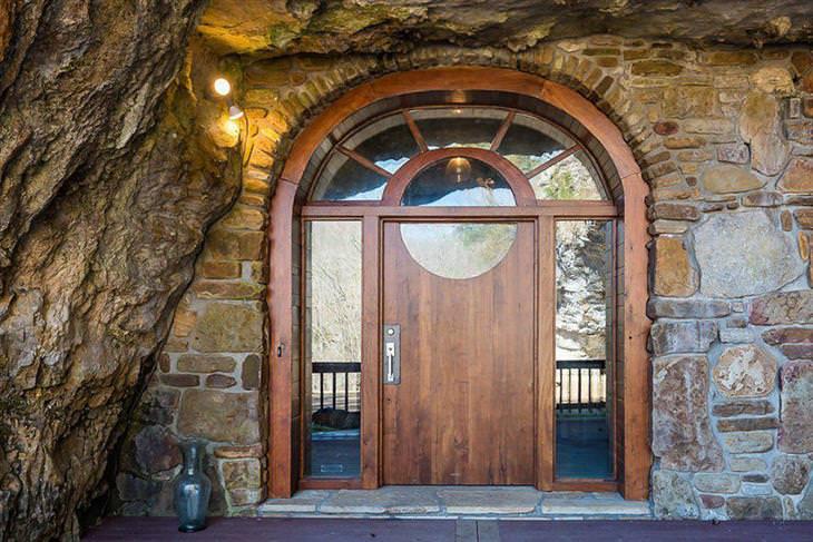 בית יוקרתי בתוך מערה: דלת הכניסה לבית המערה