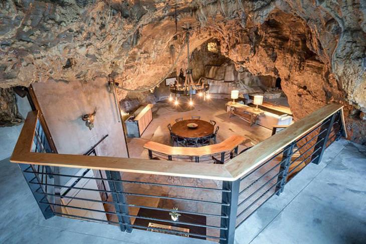 בית יוקרתי בתוך מערה: מבט למטבח ולסלון מהקומה השנייה