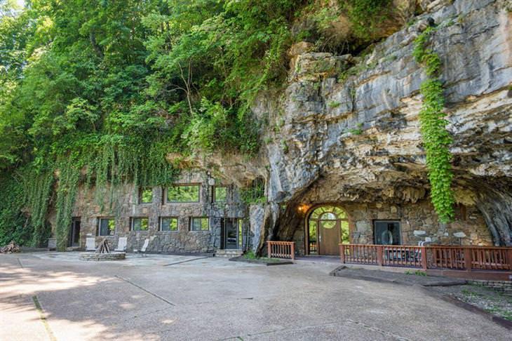 בית יוקרתי בתוך מערה: בית המערה מבחוץ