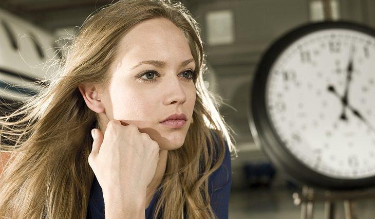 תרגילים למתיחת פנים והחלקת קמטים: אישה בוהה למרחק