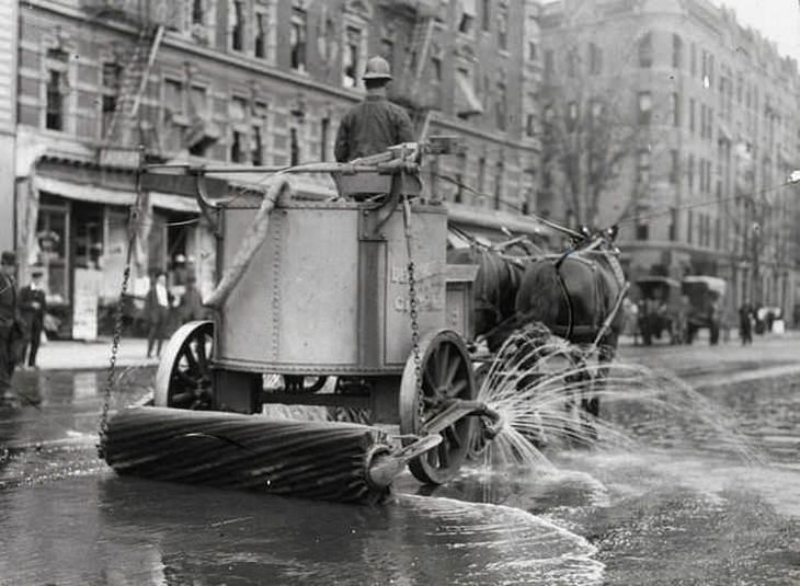 תמונות היסטוריות:  רכב לניקוי רחובות בניו יורק, שנת 1906.