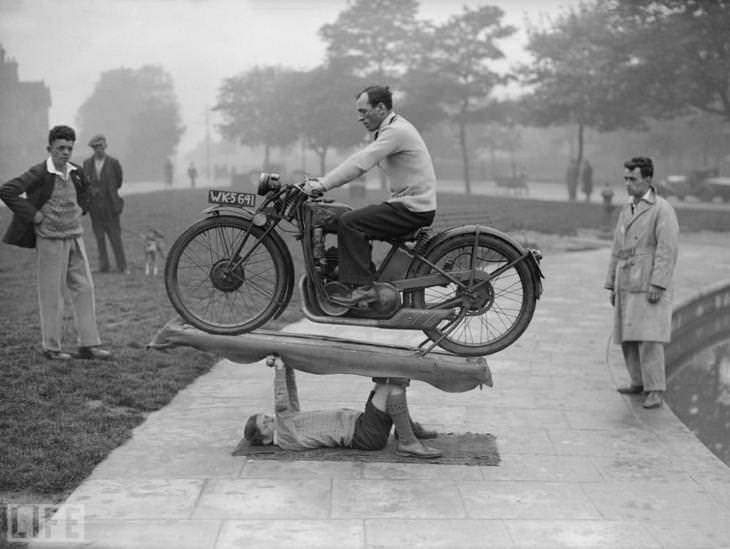 תמונות היסטוריות: ילד בן 14 מחזיק באמצעות גפיו אופנוע ורוכב בגרמניה, שנת 1932.
