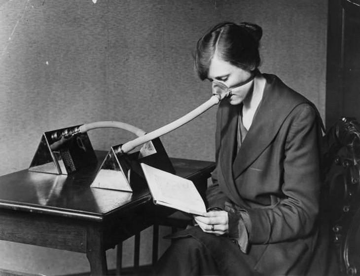 תמונות היסטוריות: שימוש במסכת שפעת מיוחדת במהלך מגפת השפעת הספרדית באנגליה, שנת 1919.