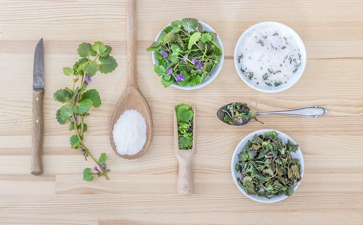 טיפים לשמירה על טריות עשבי תיבול: שולחן עם כלים שונים שבהם יש מלח, עשבי תיבול ותבלינים