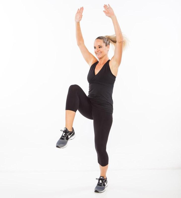 אימון לרגליים: תרגיל ברך גבוהה עם זרועות מעל הראש