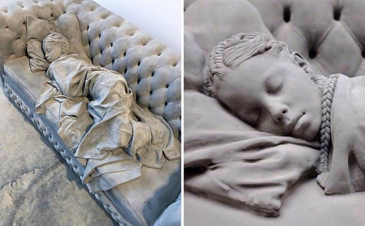 16 פסלים יפים ומרהיבים: ילדה מכורבלת וישנה על ספה