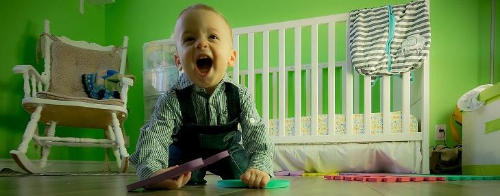 סודות של הורים המגדלים ילדים עם ביטחון עצמי: פעוט מחייך ומשחק בחדרו