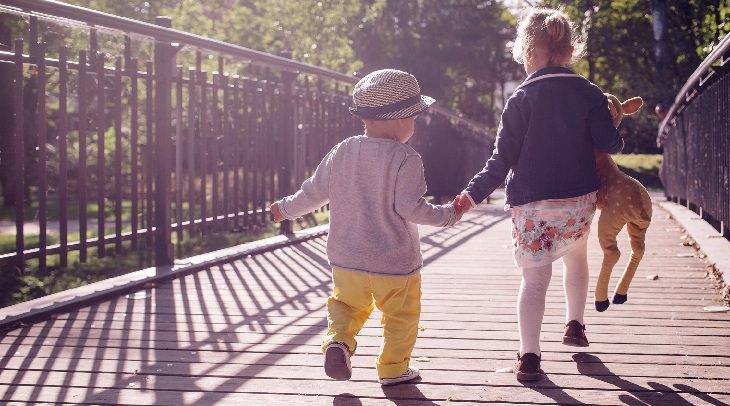 סודות של הורים המגדלים ילדים עם ביטחון עצמי: שני ילדים קטנים אוחזים ידיים