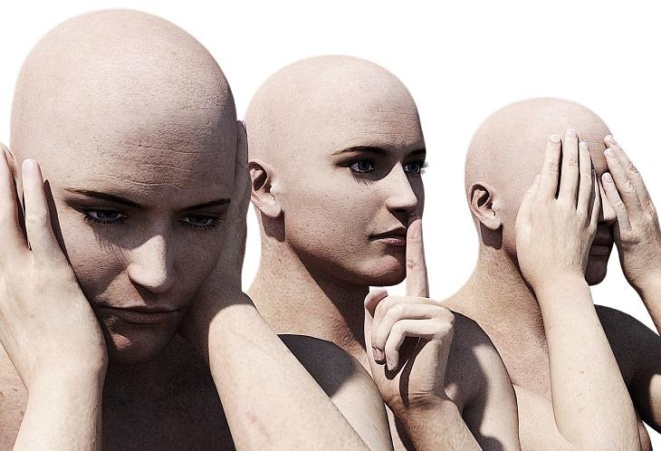 """""""עקב תשמעון"""" - דוד אשל: דמויות מפוסלות של אדם המכסה אוזניו, פיו ועיניו"""