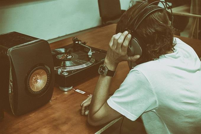 אדם מאזין למוזיקה