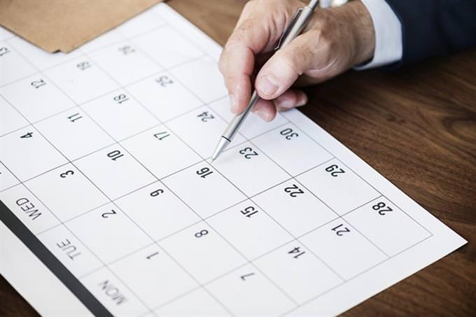 יד של אדם עוברת על לוח שנה