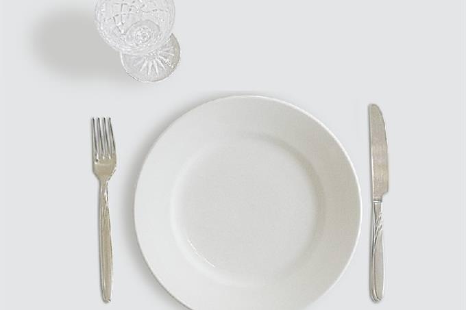 מבחן אישיות: צלחת ריקה ולצידה סכין, מזלג וכוס