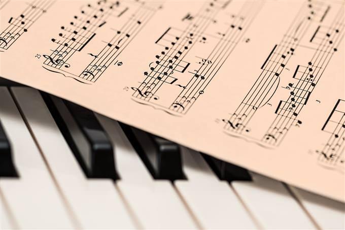 בחן את עצמך: דף עם תווים מוזיקליים על פסנתר
