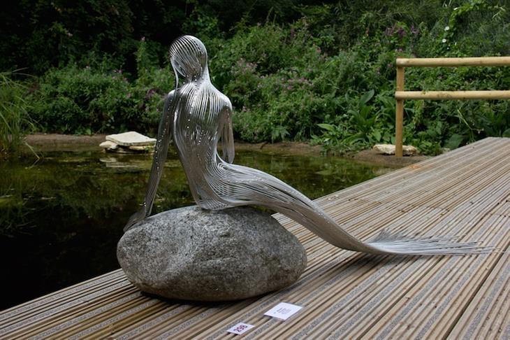 פסלים מדהימים מחוטי מתכת: בתולת ים מאחורה