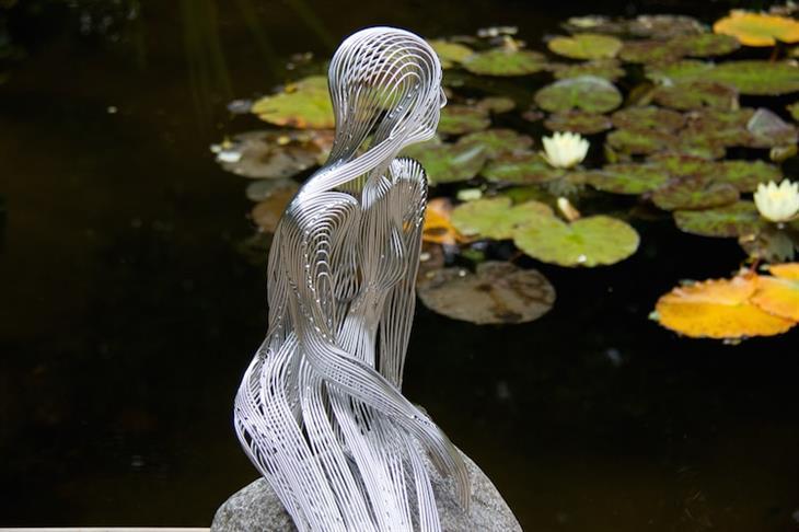 פסלים מדהימים מחוטי מתכת: תקריב לבתולת הים