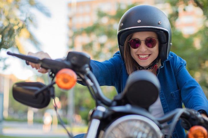 דברים שכדאי לדעת על טסט לאופנוע: אישה צעירה רוכבת על אופנוע