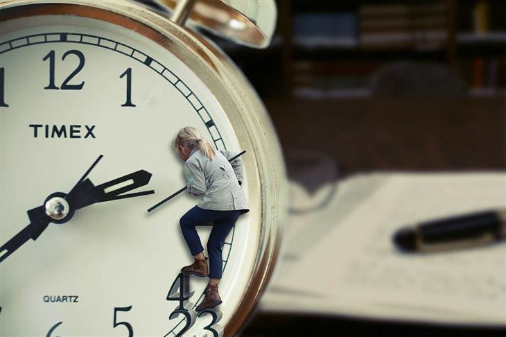 טכניקות לניהול זמן נכון: אישה מטפסת על שעון