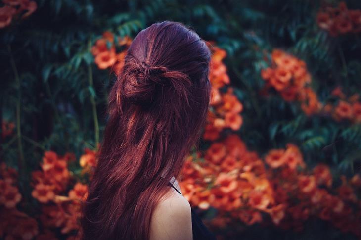 איך לשלוט בכעס: אישה מסתכלת על פרחים