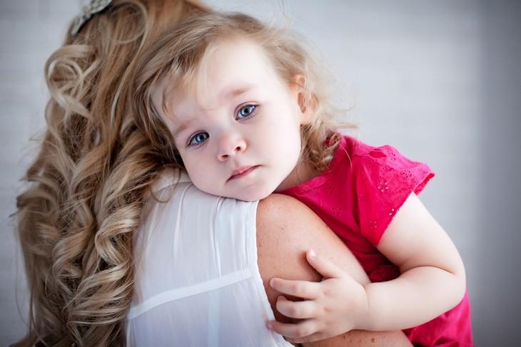 שחרור לחצים אחרי לידה: אם מחבקת את ילדה