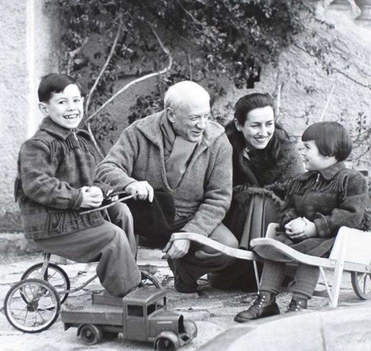 תמונות ישנות של מפורסמים: פבלו פיקאסו ופרנסואז גילו יחד עם שני ילדים, 1950.