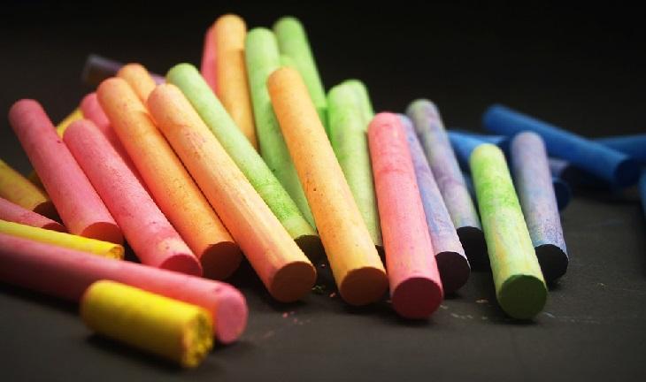 5 שיטות לזיהוי תכשיטים מקוריים: גירים צבעוניים