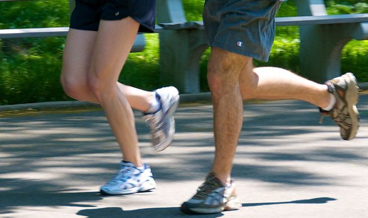 בעיות אורתופדיות נפוצות: רגליים של גברים רצים