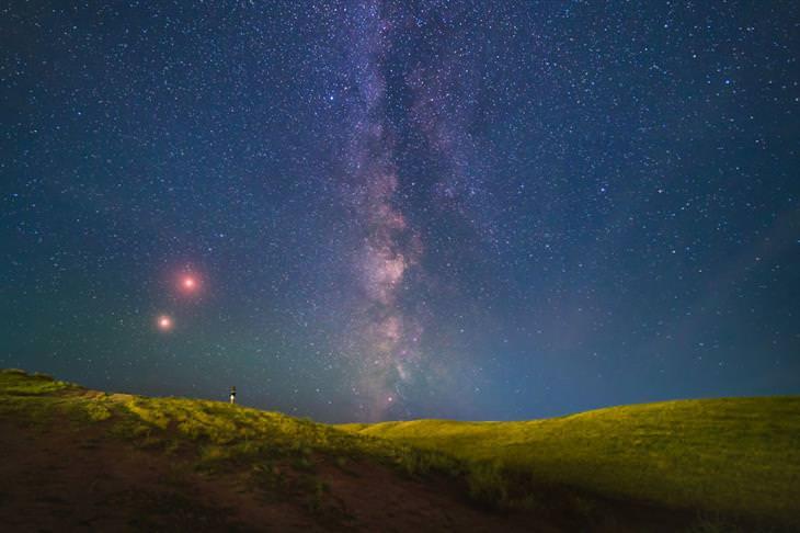תמונות טבע מקירגיזסטן: שמי קירגיזסטן מלאי כוכבים עם ליקוי ירח וכוכב מאדים