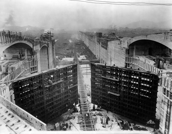 תמונות היסטוריות: עובדי בנייה עומלים על קירות תעלת פנמה בשנת 1913