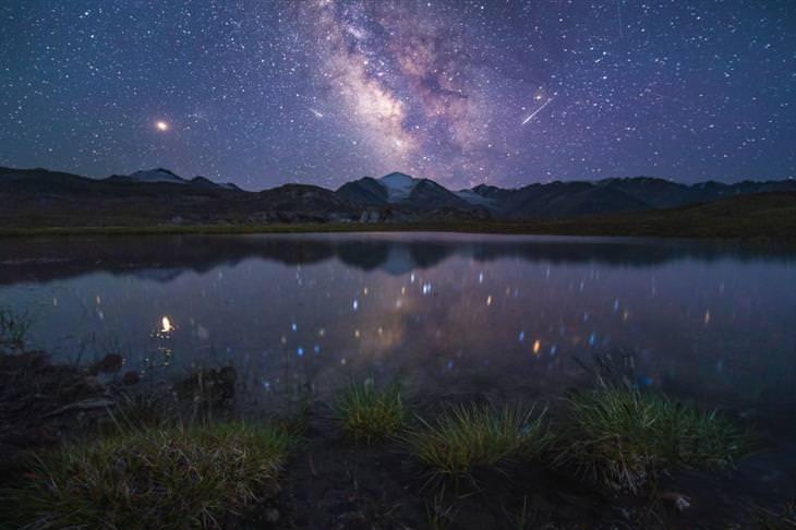 תמונות טבע מקירגיזסטן: כוכבים בשמי הלילה בקירגיזסטן משתקפים במי אגם