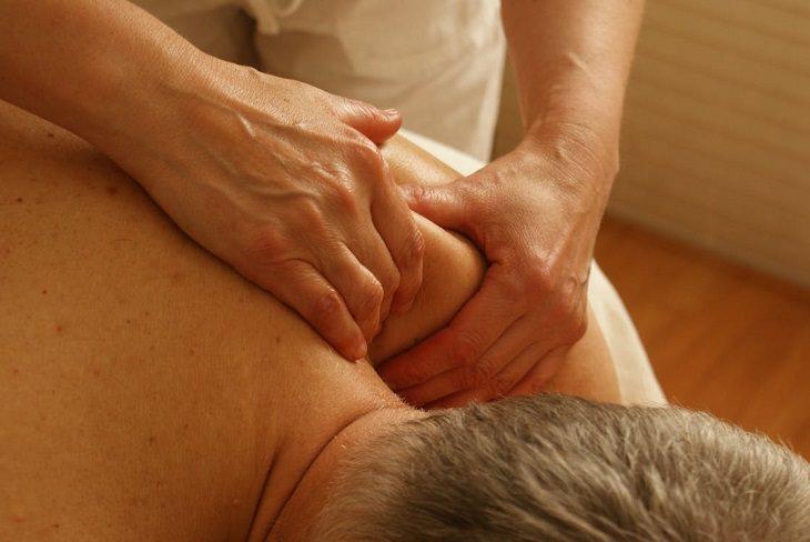 לפני שאתם נוטלים משככי כאבים: עיסוי גב לגבר