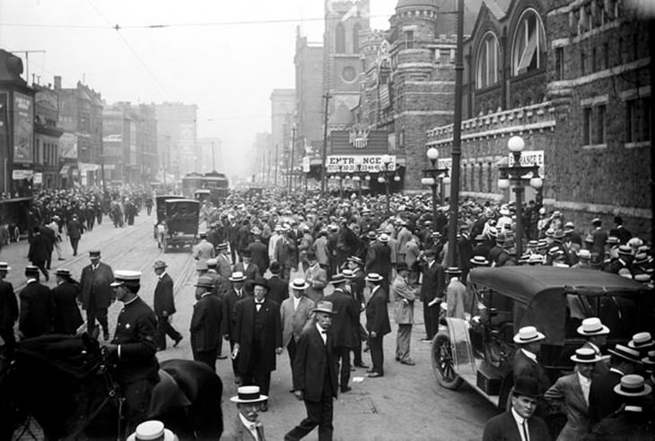 תמונות היסטוריות: קהל מתאסף בשיקאגו לקראת כנס המפלגה הרפובליקנית בשנת 1912