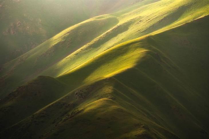 תמונות טבע מקירגיזסטן: גבעות שנראות כמו דיונות ירוקות
