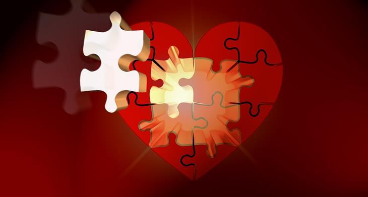 תזכורות שישנו את נקודת מבטכם בנוגע לעצמכם: לב עשוי פאזל וחלק ממנו בולט החוצה