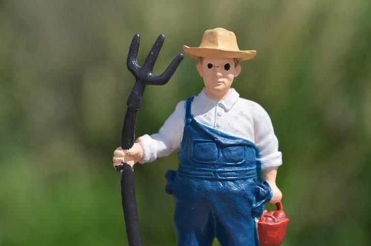 החוואי הזקן והכלה הצעירה - בדיחה: פסל של חוואי עם קילשון