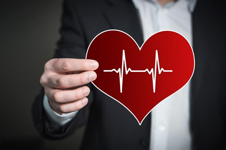 יתרונות של לחץ מתון: איש מחזיק לב שעליו איור של קו מוניטור