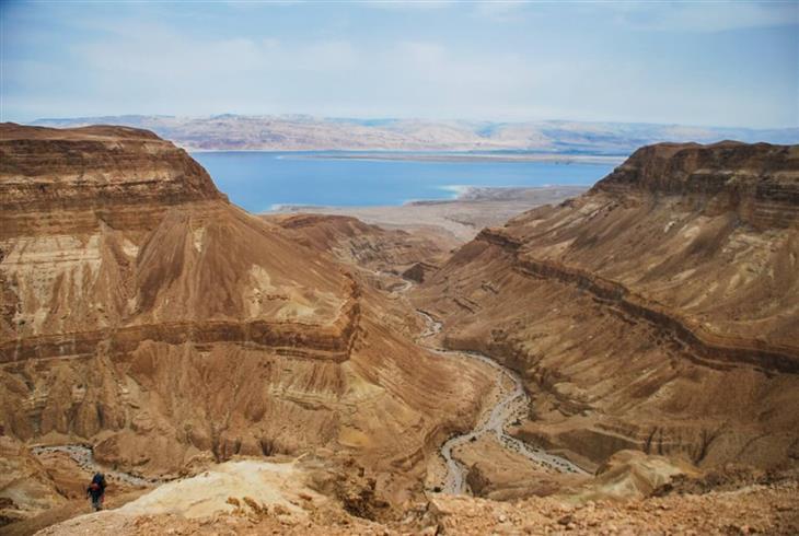 מסלולי טיול אתגריים: הרים במדבר מול ים