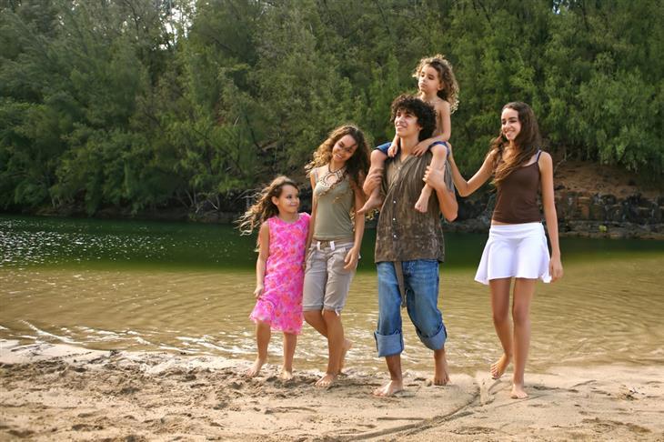 מסלולי טיול אתגריים: משפחה מטיילת בחיק הטבע