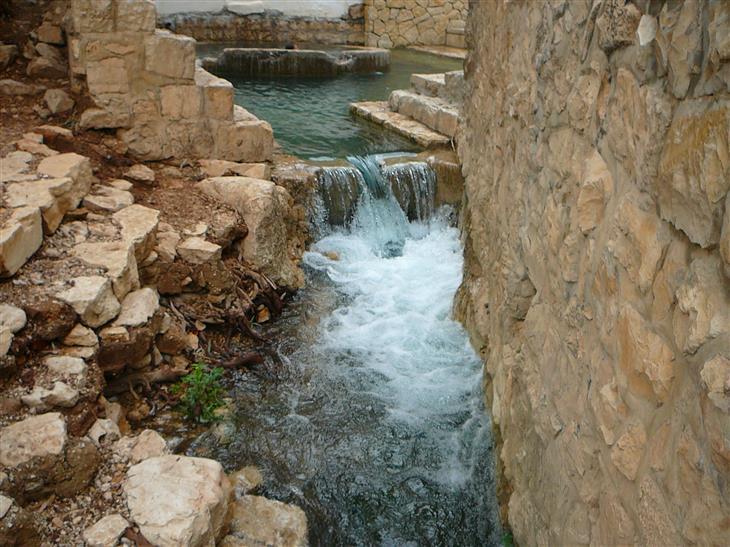 מסלולי טיול אתגריים: מפל מים קטן במדרגות אבן