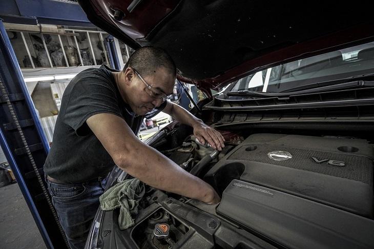 דברים שמזיקים לרכב שלכם: מכונאי בודק מנוע של רכב